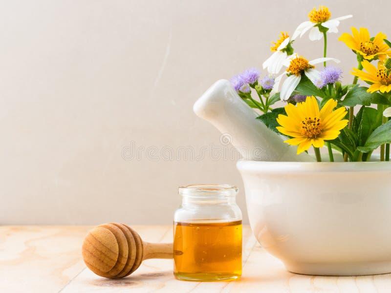 Μέλι και dropper με τα άγρια λουλούδια στοκ φωτογραφίες