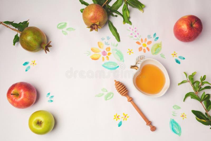 Μέλι, μήλα και ρόδι στο υπόβαθρο εγγράφου με τα λουλούδια watercolor Εβραϊκή έννοια εορτασμού Rosh Hashanah διακοπών στοκ φωτογραφία
