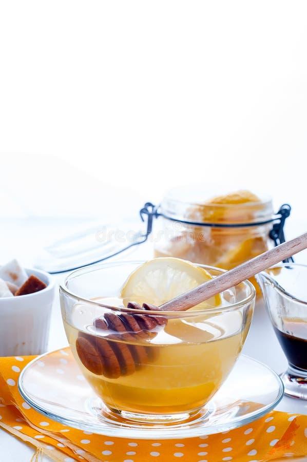Μέλι, τσάι και λεμόνι στοκ εικόνα
