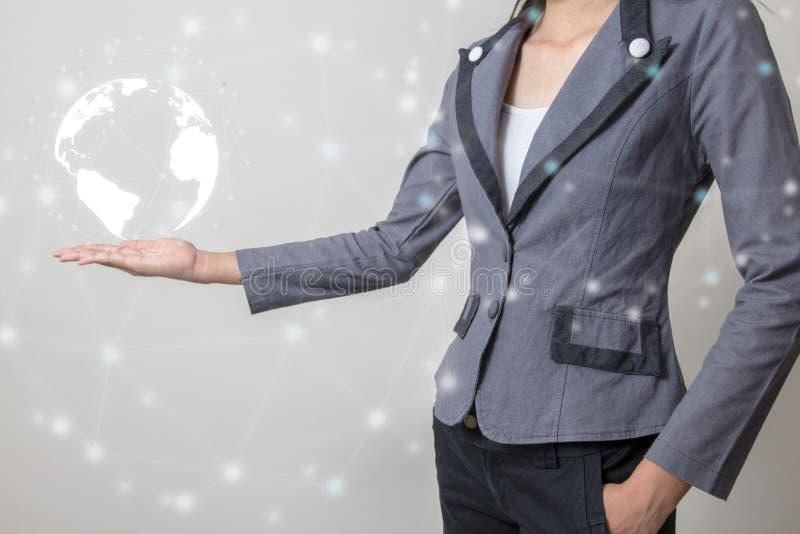 Μέλλον της έννοιας δικτύων τεχνολογίας, επιχειρηματίας που κρατά το παγκόσμιο δίκτυο και τη γραφική διεπαφή στοκ εικόνες