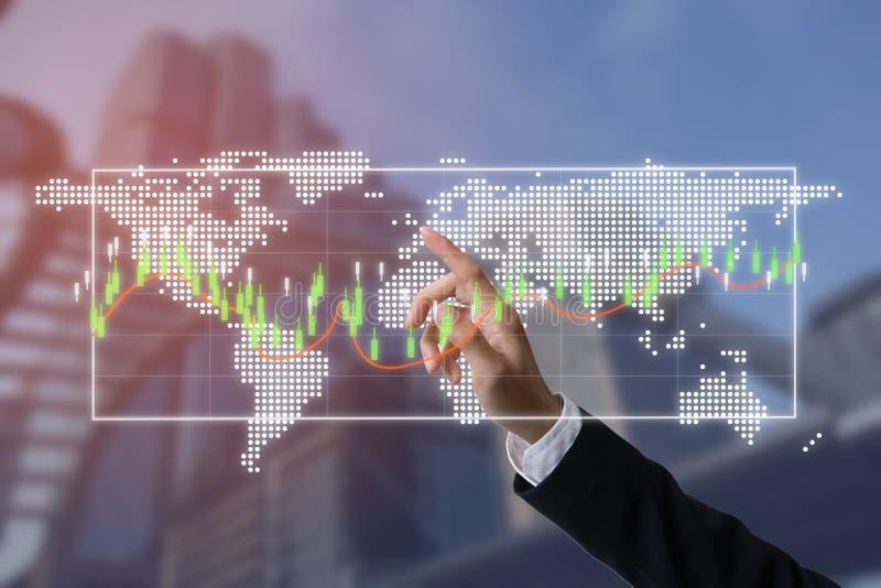 Μέλλον της οικονομικής επιχειρησιακής έννοιας, επιχειρηματίας με τον ερχομό συμβόλων χρηματοδότησης στοκ εικόνες
