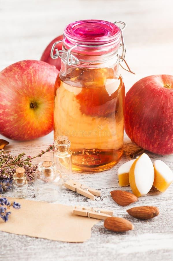 Μήλα και φθινοπωρινό ντεκόρ στοκ εικόνες