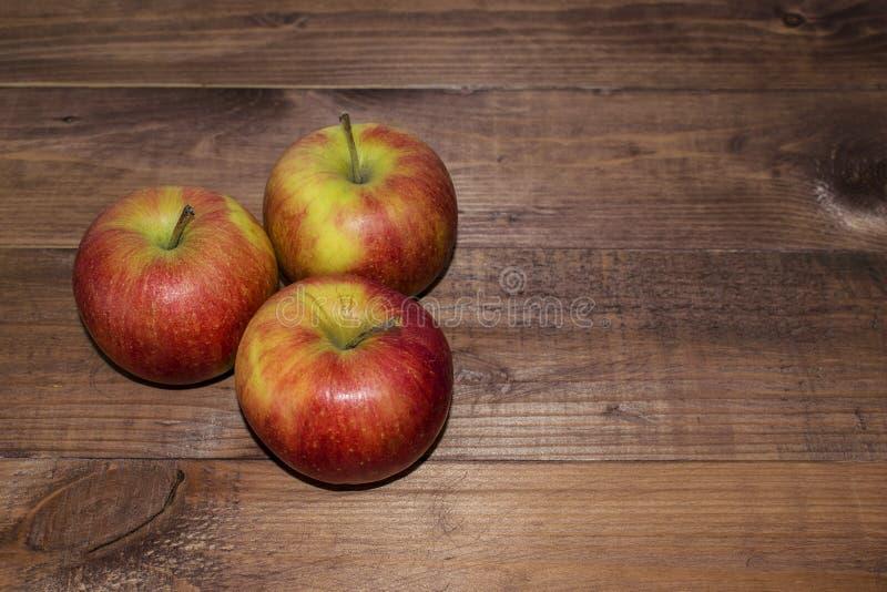 Μήλα σε ένα ξύλινο υπόβαθρο Κατάλληλη διατροφή σιτηρέσιο υγιεινό χορτοφαγία Κατάλληλο πρόγευμα το σωστό πρόχειρο φαγητό στοκ εικόνες με δικαίωμα ελεύθερης χρήσης