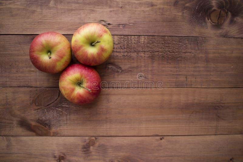 Μήλα σε ένα ξύλινο υπόβαθρο Κατάλληλη διατροφή σιτηρέσιο υγιεινό χορτοφαγία Κατάλληλο πρόγευμα το σωστό πρόχειρο φαγητό στοκ εικόνα με δικαίωμα ελεύθερης χρήσης