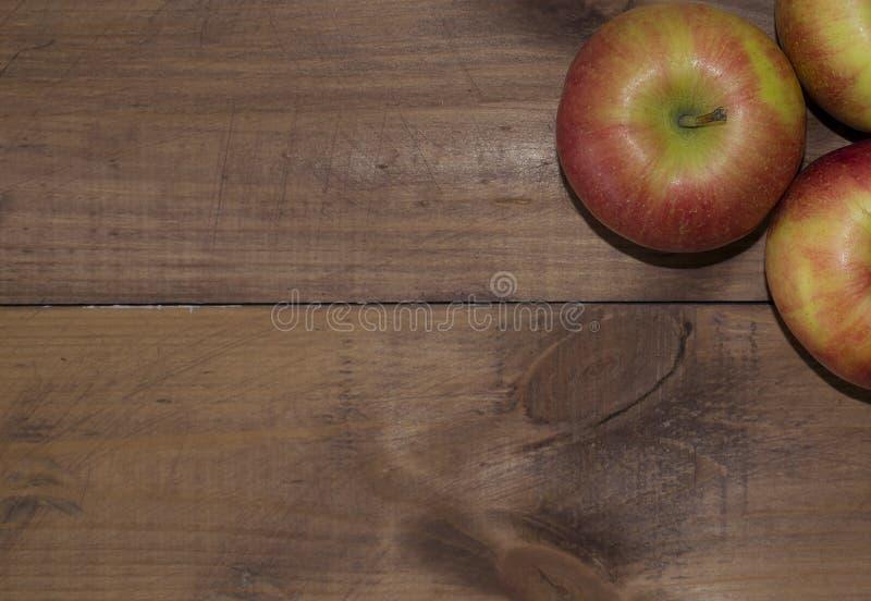 Μήλα σε ένα ξύλινο υπόβαθρο Κατάλληλη διατροφή σιτηρέσιο υγιεινό χορτοφαγία Κατάλληλο πρόγευμα το σωστό πρόχειρο φαγητό στοκ φωτογραφίες με δικαίωμα ελεύθερης χρήσης