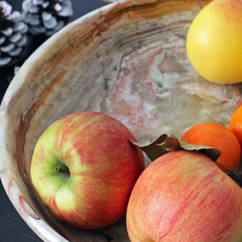 Μήλα σε ένα πιάτο Ζωή φρούτων ακόμα στοκ φωτογραφία