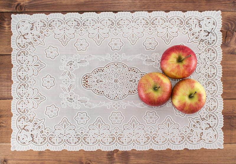 Μήλα σε μια ξύλινη πετσέτα υποβάθρου και δαντελλών Κατάλληλη διατροφή σιτηρέσιο υγιεινό χορτοφαγία Κατάλληλο πρόγευμα το σωστό πρ στοκ φωτογραφία