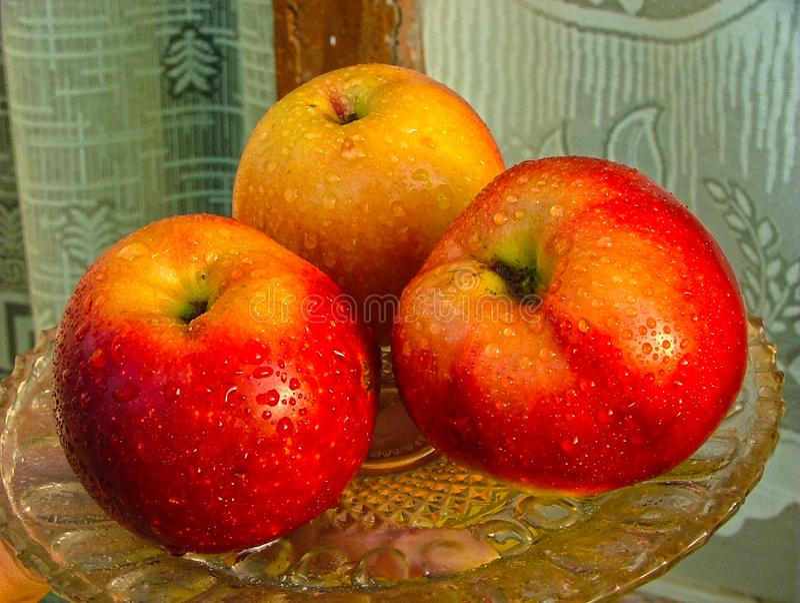 Μήλα σε μια πιατέλα στοκ φωτογραφία