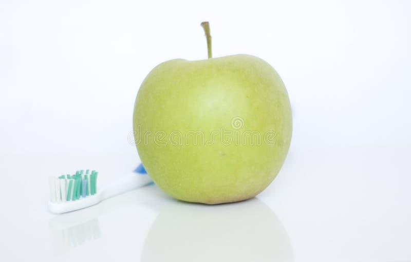 Μήλο και οδοντόβουρτσα στοκ φωτογραφίες