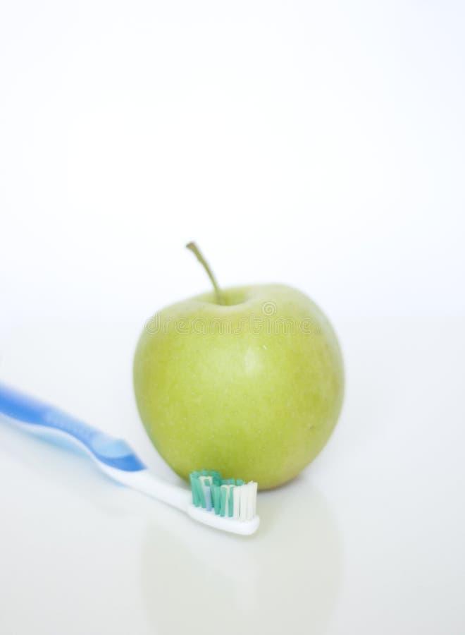 Μήλο και οδοντόβουρτσα στοκ φωτογραφία με δικαίωμα ελεύθερης χρήσης