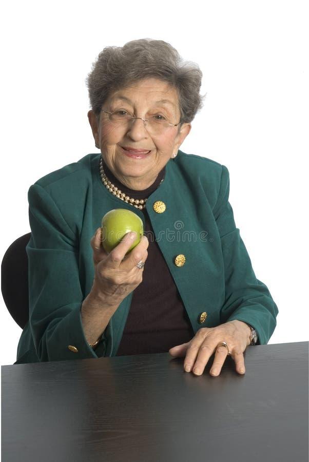 μήλο που τρώει τη γυναίκα στοκ εικόνα με δικαίωμα ελεύθερης χρήσης