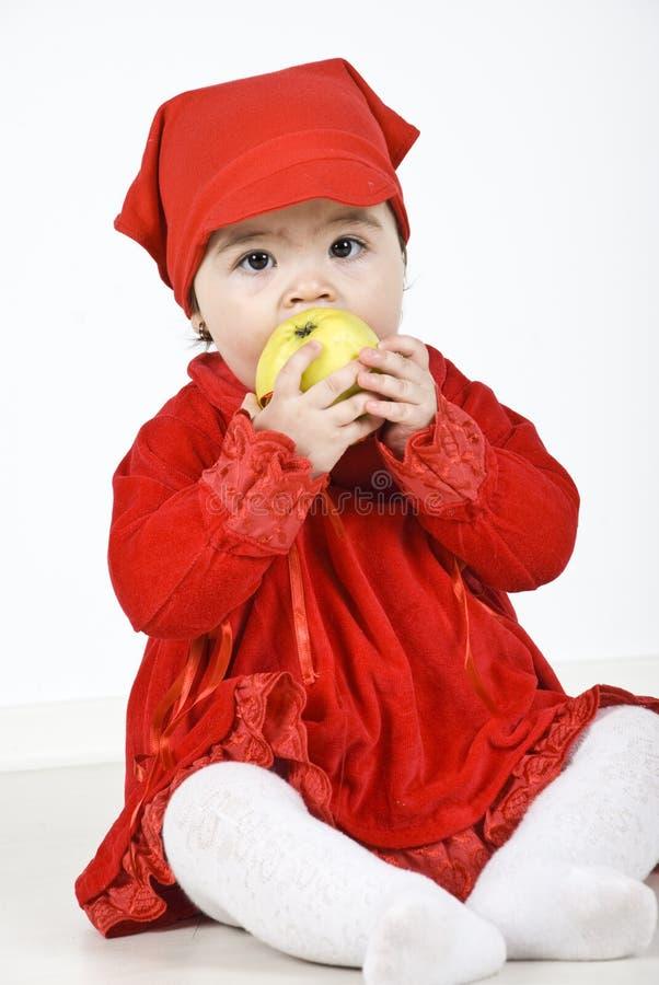 μήλο που τρώει το μικρό παι& στοκ φωτογραφίες