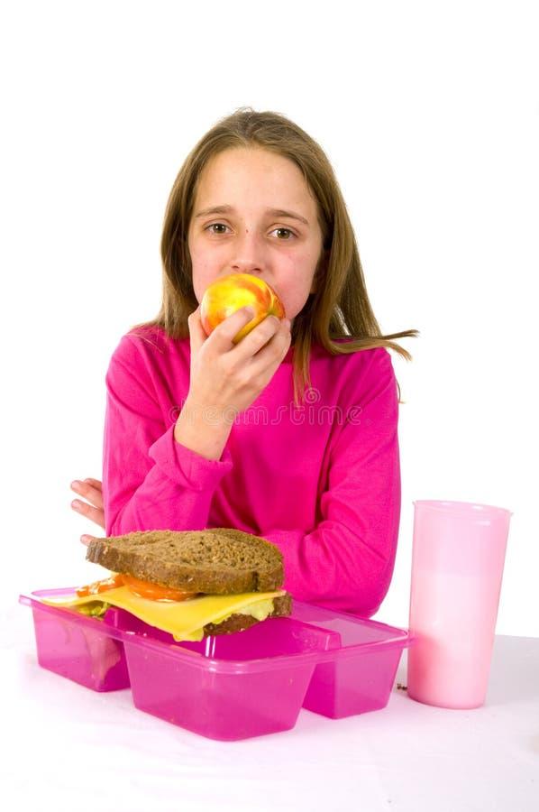 μήλο που τρώει το hving μεσημ&epsilo στοκ φωτογραφία