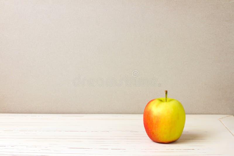 Μήλο στον άσπρο ξύλινο πίνακα στοκ φωτογραφία με δικαίωμα ελεύθερης χρήσης