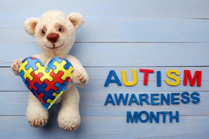 Μήνας συνειδητοποίησης παγκόσμιου αυτισμού, διανοητική έννοια υγειονομικής περίθαλψης με το teddy γρίφο εκμετάλλευσης αρκούδων ή  στοκ εικόνες