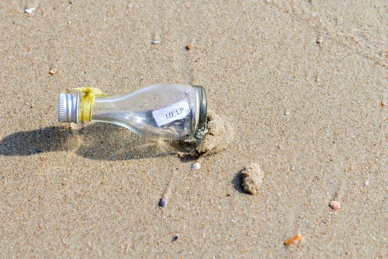 Μήνυμα ΒΟΗΘΕΙΑΣ στο μπουκάλι γυαλιού στοκ εικόνες