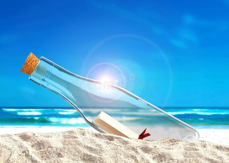 Μήνυμα στο μπουκάλι στην παραλία στοκ φωτογραφίες