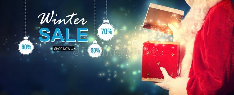 Μήνυμα χειμερινής πώλησης με Santa που ανοίγει ένα κιβώτιο δώρων στοκ φωτογραφίες με δικαίωμα ελεύθερης χρήσης