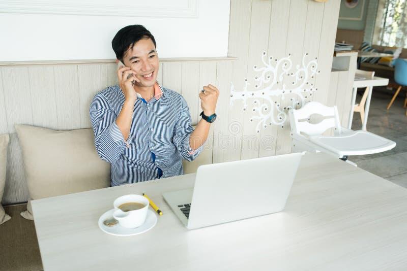Μήνυμα smartphone ανάγνωσης επιχειρηματιών με το ευτυχές πρόσωπο χαμόγελου, στοκ εικόνες