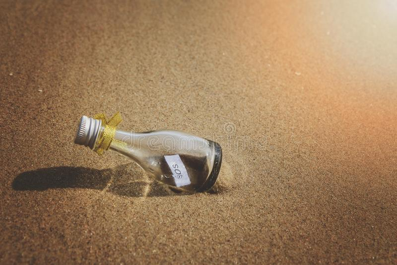 Μήνυμα SOS στο μπουκάλι γυαλιού στοκ φωτογραφία με δικαίωμα ελεύθερης χρήσης