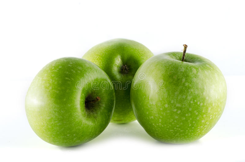 Μήλα Γιαγιάδων Σμίθ που απομονώνονται στο άσπρο υπόβαθρο στοκ φωτογραφίες