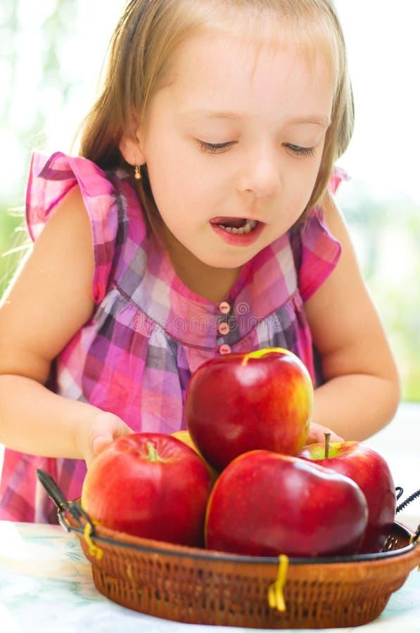 Μήλα εκμετάλλευσης παιδιών στοκ εικόνες