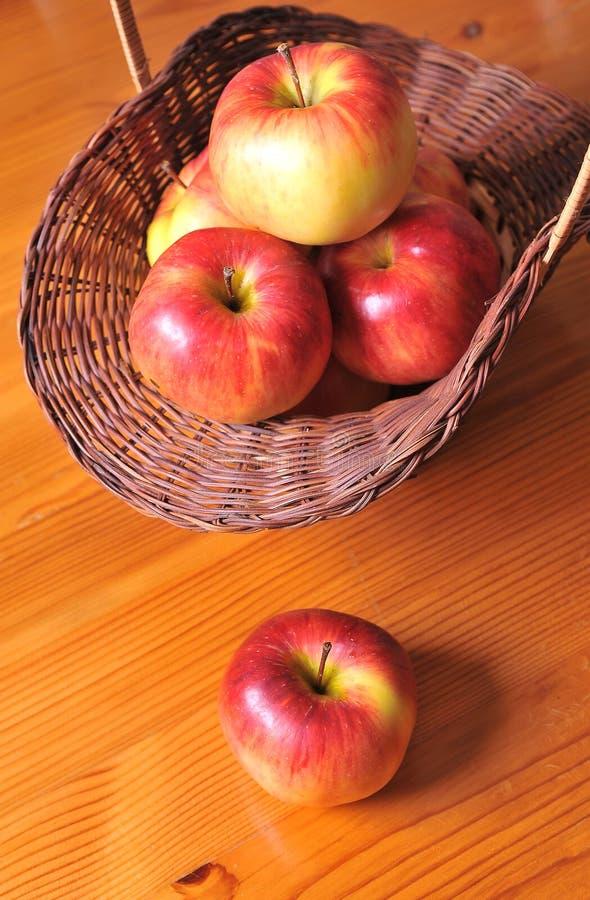Μήλα και καλάθι στοκ εικόνες