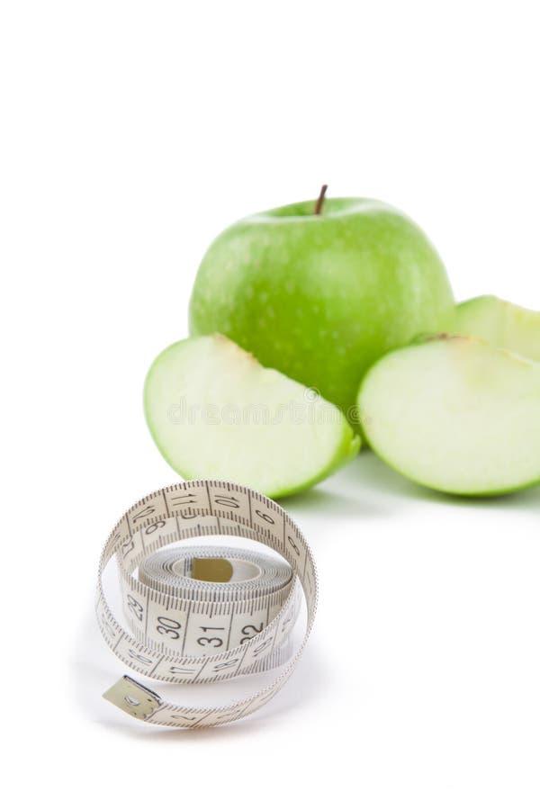 Μήλα και μέτρο ταινιών σχετικά με το άσπρο υπόβαθρο στοκ φωτογραφία με δικαίωμα ελεύθερης χρήσης
