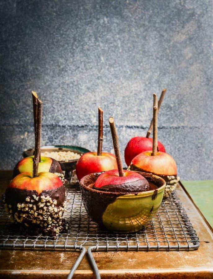 Μήλα που καλύπτονται με τη λειωμένα σοκολάτα και το αμύγδαλο στοκ εικόνα με δικαίωμα ελεύθερης χρήσης