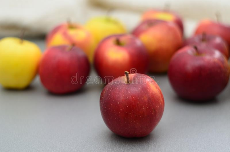 Μήλα στον πίνακα στοκ εικόνα