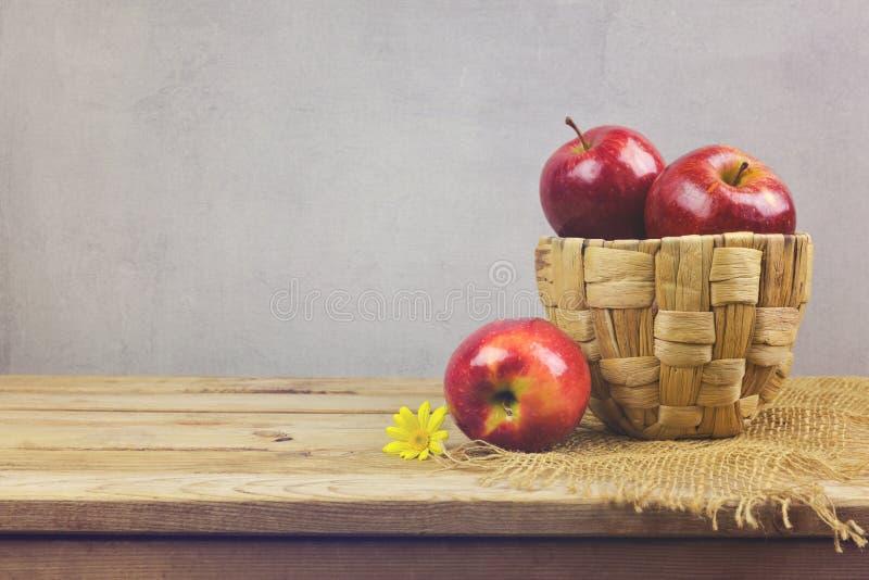 Μήλα στο καλάθι στον ξύλινο πίνακα Φρέσκα αγροτικά προϊόντα στοκ εικόνες
