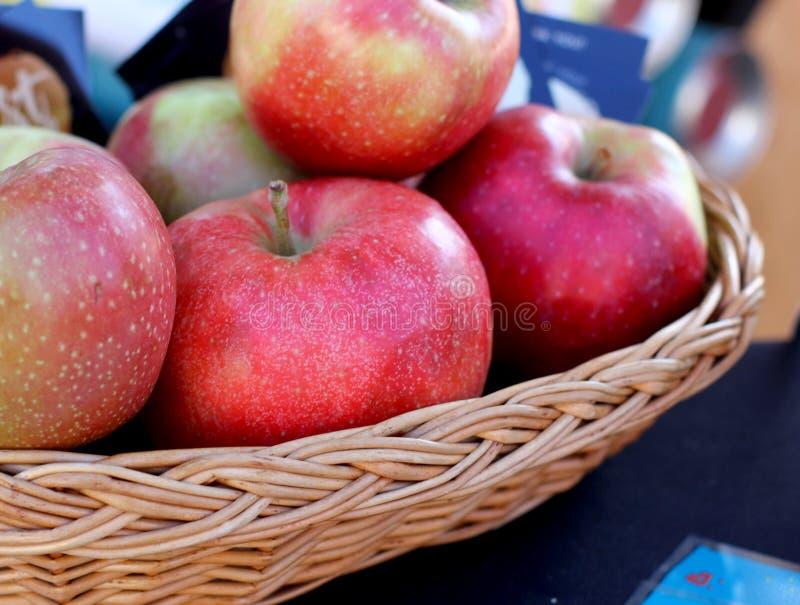 Μήλα στο ψάθινο πιάτο στοκ εικόνες