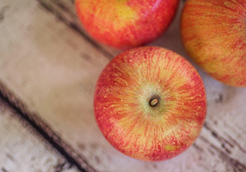 Download μήλα τρία στοκ εικόνες. εικόνα από ζωηρόχρωμος, ξύλινος - 62717836