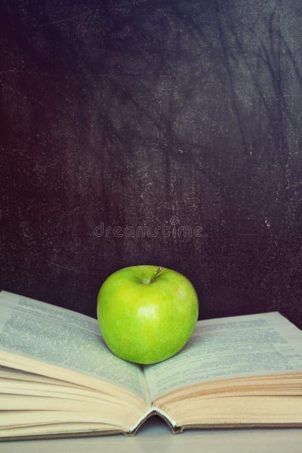 Μήλο σε ένα βιβλίο στοκ φωτογραφία με δικαίωμα ελεύθερης χρήσης