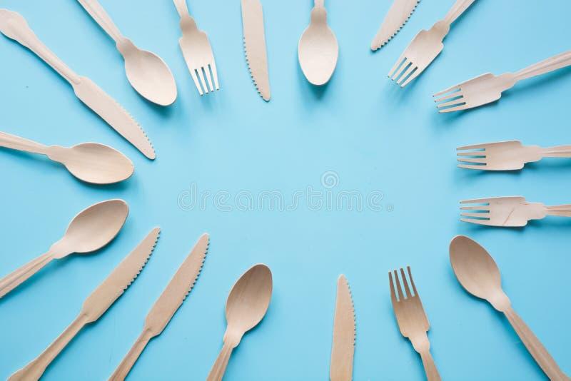 Μίας χρήσης επιτραπέζιο σκεύος από τα φυσικά ξύλινα υλικά, κουτάλι, μαχαίρι, και δίκρανο, φιλικό προς το περιβάλλον r στοκ φωτογραφία με δικαίωμα ελεύθερης χρήσης