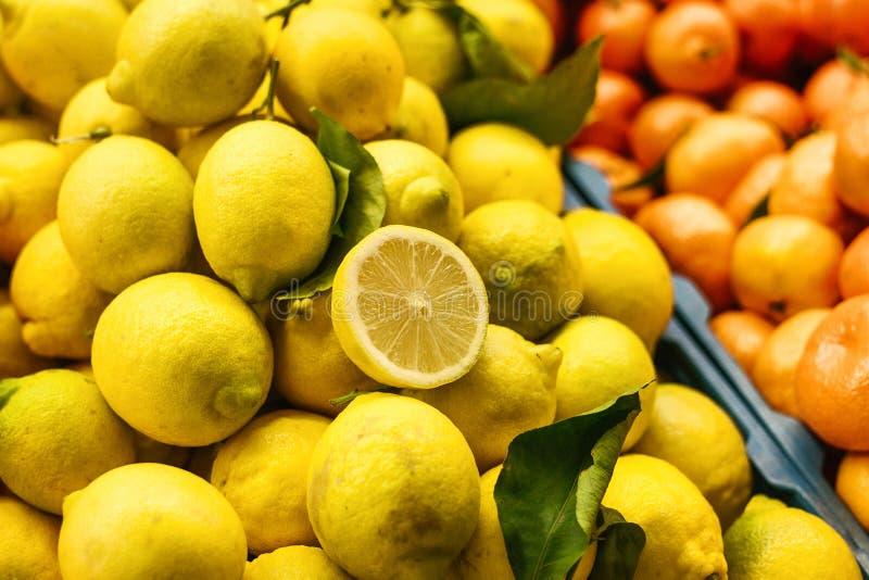 Μίγμα εσπεριδοειδών από το φρέσκο λεμόνι, tangerine, πορτοκάλι στην αγροτική αγορά Προϊόντα πλούσια σε βιταμίνες στοκ φωτογραφίες