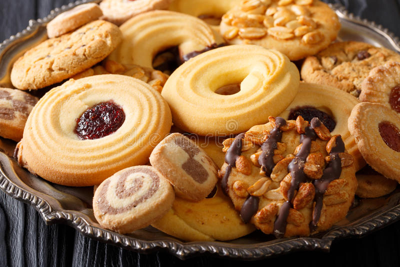 Μίγμα μπισκότων με τα καρύδια, σοκολάτα, κινηματογράφηση σε πρώτο πλάνο ζελατίνας, οριζόντια στοκ εικόνες