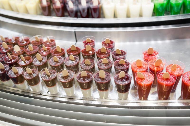Μίγμα νωπών καρπών στα πλαστικά φλυτζάνια στην προθήκη αγοράς φυσικός πάγος φρούτων, ή καταφερτζήδες στοκ φωτογραφία
