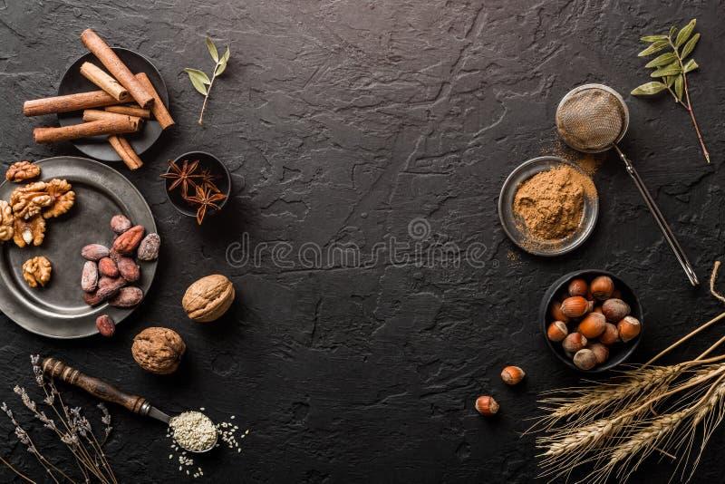 Μίγμα των καρυδιών και των καρυκευμάτων για τα κέικ ψησίματος στο κύπελλο και το κουτάλι, κανέλα, γλυκάνισο αστεριών, φουντούκια, στοκ φωτογραφία με δικαίωμα ελεύθερης χρήσης