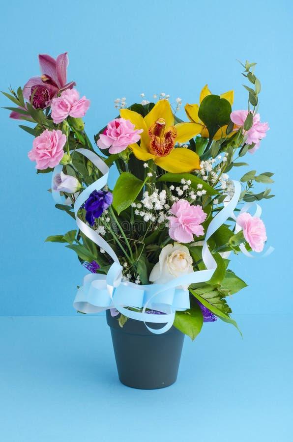 Μίγμα των πολυτελών λουλουδιών στο δοχείο στοκ φωτογραφία