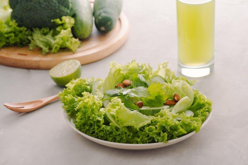 Μίγμα των πράσινων φρούτων και λαχανικών στο αγροτικό ξύλινο υπόβαθρο στοκ φωτογραφίες