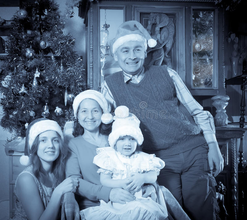 Μίμηση της παλαιάς φωτογραφίας της ευτυχούς οικογένειας στα Χριστούγεννα στοκ εικόνα