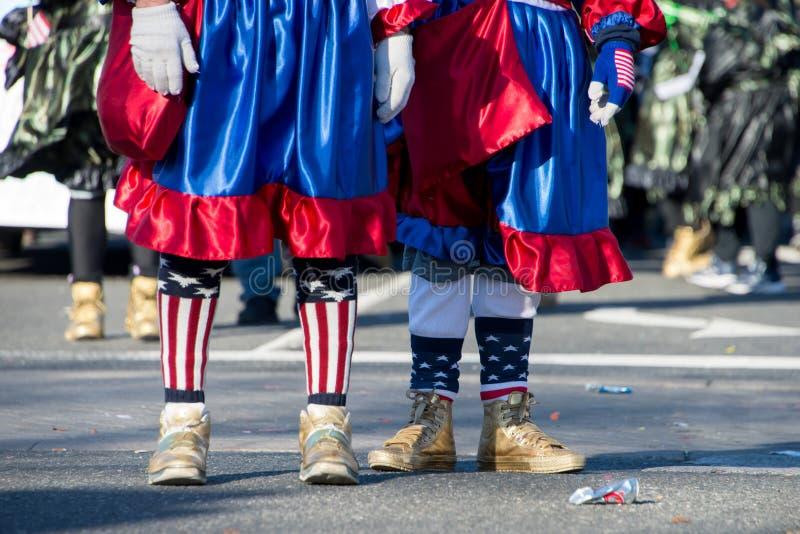 Μίμοι με προσωπείο Μάρτιος σε μια παρέλαση με τα χρυσά παπούτσια στοκ φωτογραφία