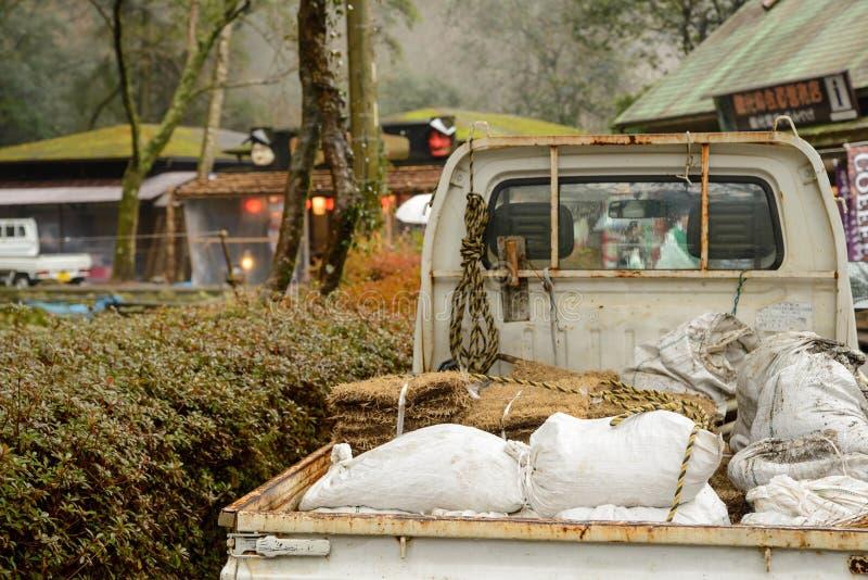 Μίνι ανοιχτό φορτηγό με το λίπασμα και το σανό στοκ φωτογραφία