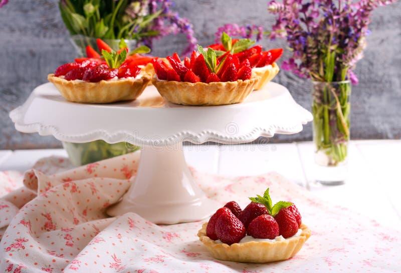 Μίνι κέικ τυριών φραουλών και κρέμας στοκ φωτογραφία
