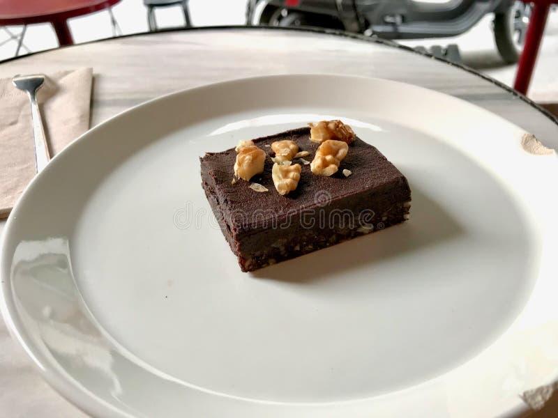 Μίνι οργανικό μεξικάνικο Brownie σοκολάτας τσίλι με το ξύλο καρυδιάς και καμένος με τα φρούτα ημερομηνίας στοκ εικόνα