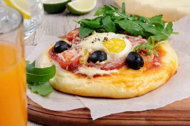 Μίνι πίτσα για το πρόγευμα στοκ εικόνες