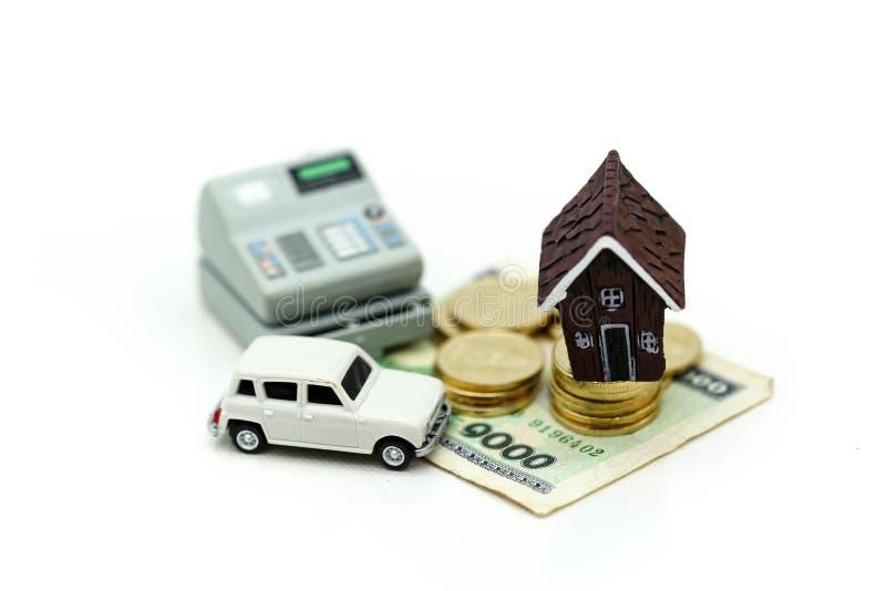 Μίνι σπίτι με το σωρό των νομισμάτων και του αυτοκινήτου, της αποταμίευσης και της επένδυσης mone στοκ εικόνες με δικαίωμα ελεύθερης χρήσης