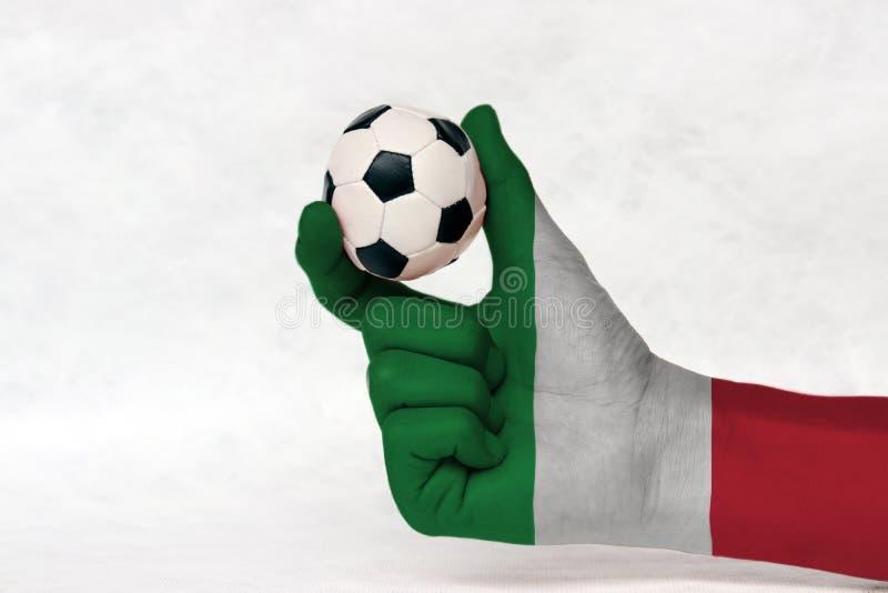 Μίνι σφαίρα του ποδοσφαίρου στο χρωματισμένο σημαία χέρι της Ιταλίας στο άσπρο υπόβαθρο στοκ φωτογραφίες με δικαίωμα ελεύθερης χρήσης
