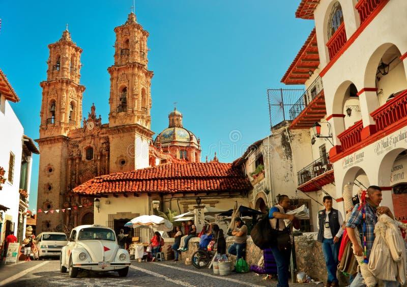 Μίνι ταξί ενάντια στον καθεδρικό ναό Taxco, Μεξικό στοκ φωτογραφίες με δικαίωμα ελεύθερης χρήσης